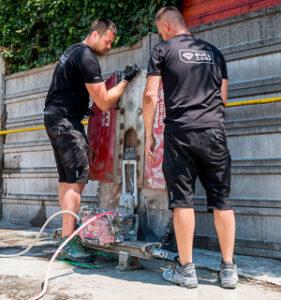 Pracovníci Buildcorp inštalujú ochranný kryt na stenovú pílu