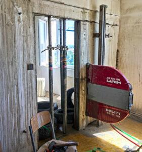Stenová píla vyrezáva otvor do steny