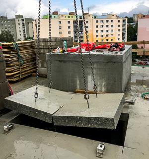 Dva bloky betónu na žeriave