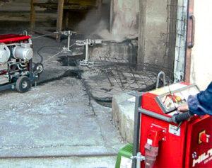 Pracovník ovláda stroj na rezanie muriva diamantovým lanom