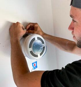 Muž inštaluje rekuperáciu PRANA do otvoru v stene